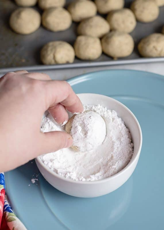 Rolling baked Cookies in confectioner's sugar